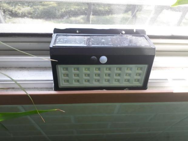 태양광 충전 타입 벽부등 - 내부는 불량품